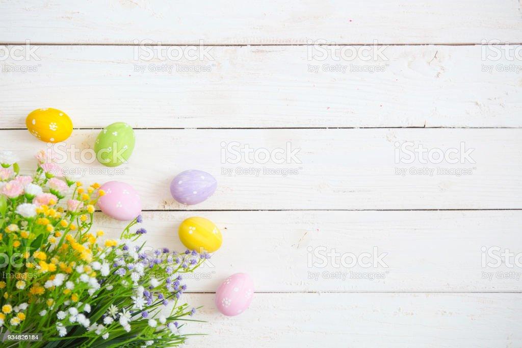 흰색 나무 바탕에 꽃과 함께 부활절 계란 - 로열티 프리 4월 스톡 사진