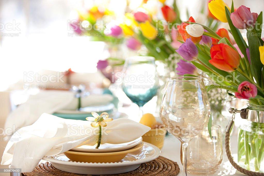 Ostern eleganten Ambiente Esstisch mit Vase mit Tulpen – Foto