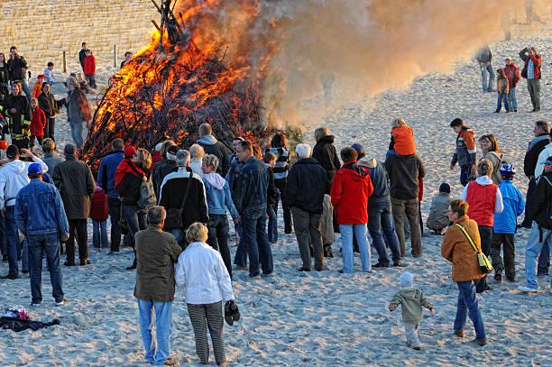 ostern-strand in den dünen - osterfeuer stock-fotos und bilder