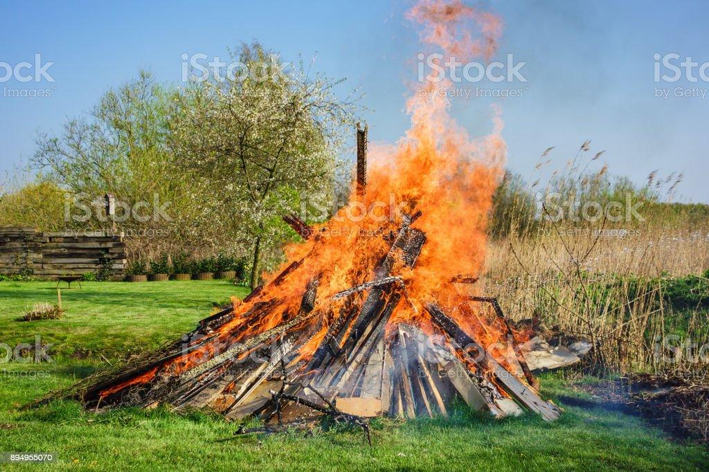 Osterfeuer auf der Wiese im Frühling – Foto