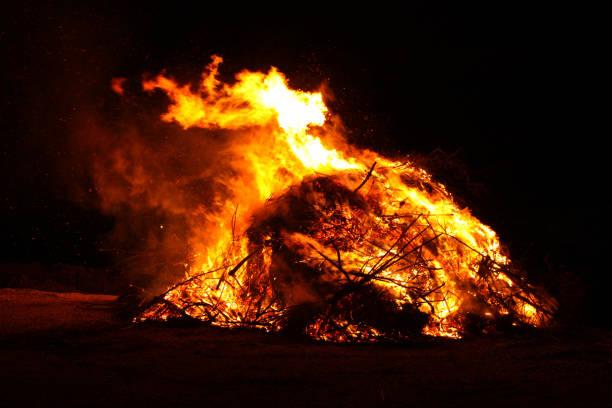 osterfeuertradition - osterfeuer stock-fotos und bilder
