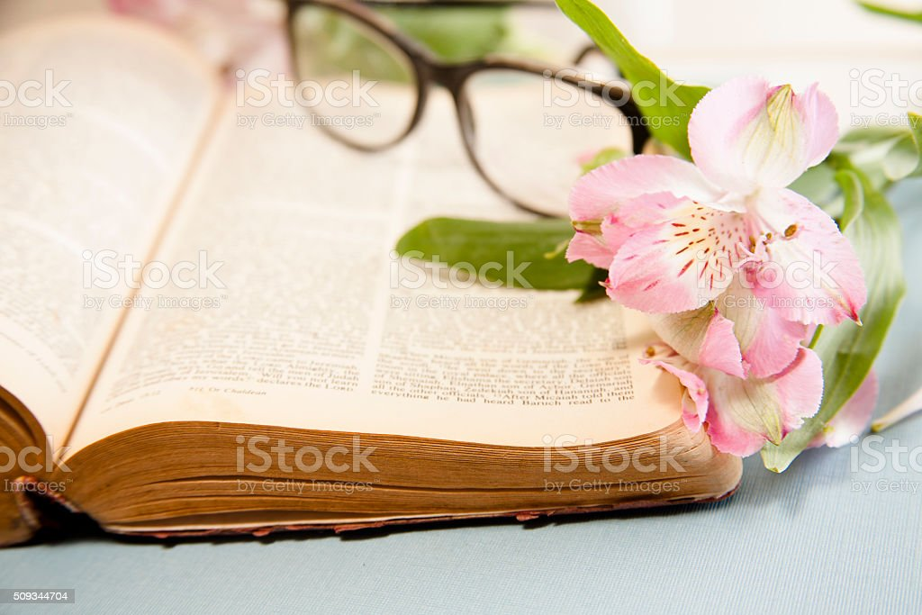 Semana Santa Flores Y Gafas Sobre Biblia Abierta Foto De Stock Y Más