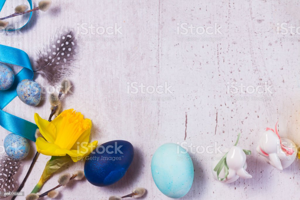 Easter frame with painted eggs and flowers foto stock royalty-free