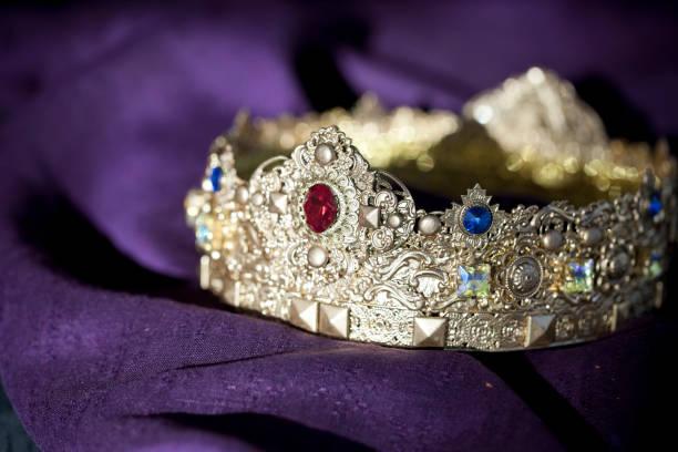 Ostergoldene Krone auf einem Purpur-Background – Foto