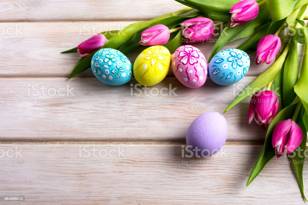 Easter hand painted floral decorated eggs with pink tulip foto stock royalty-free
