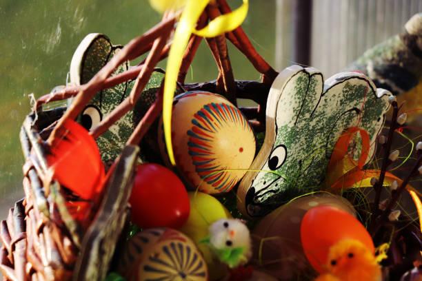 viene semana santa. tenemos una hermosa canasta con huevos y conejos. - lunes de pascua fotografías e imágenes de stock