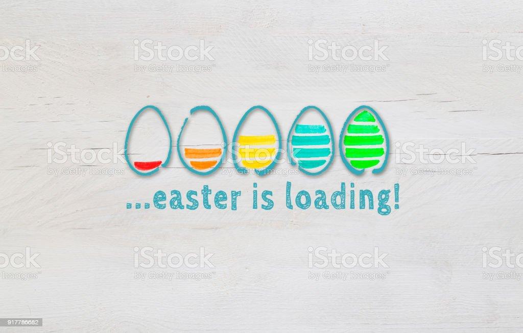 Ostern ist das Konzept mit bunten Eiern auf hellem Holz laden – Foto