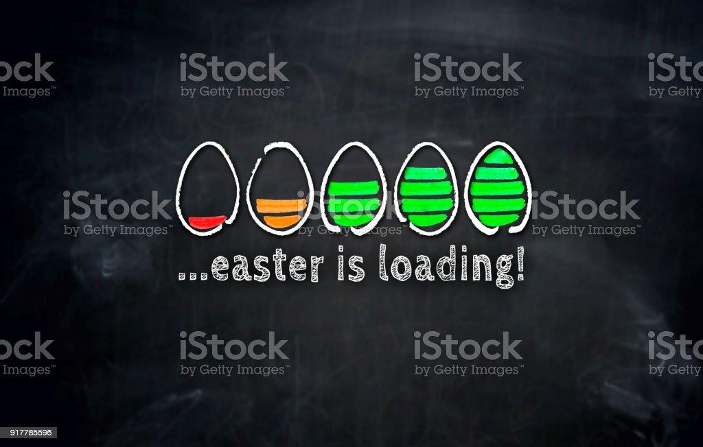 Ostern ist das Konzept mit Eiern auf Tafel laden – Foto