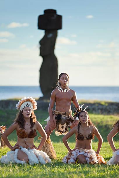 easter island, chile tänzer in ahu tahai - osterinsel stock-fotos und bilder