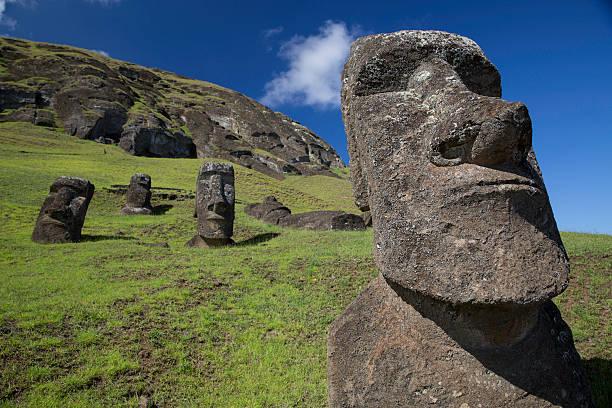 osterinsel moai-statuen - osterinsel stock-fotos und bilder