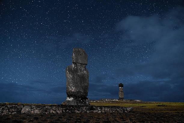 easter island rapa nui tahai moai under stars at night - osterinsel stock-fotos und bilder