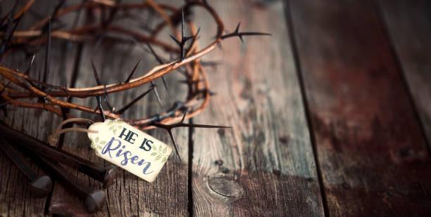 Ostern Jesus Krone der Dornen auf einem alten Holz Hintergrund – Foto