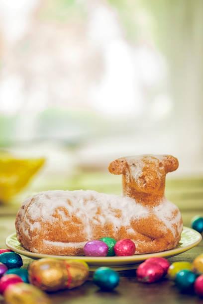 torta di agnello di pasqua con uova di cioccolato - buona pasqua in tedesco foto e immagini stock