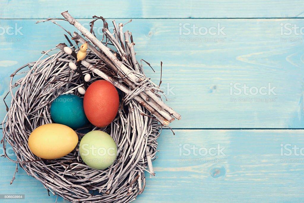 Fotografía de Nido De Pascua Con Huevos De Colores Diferentes y más ...