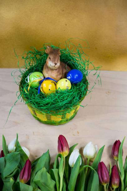 nido de pascua con tulipanes en primer plano - lunes de pascua fotografías e imágenes de stock