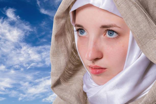 Ostergebet eines jungen reinen Mädchens mit klarem Blick – Foto