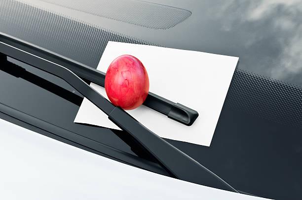 Oster-Überraschung auf ein Auto Windschutzscheibe – Foto