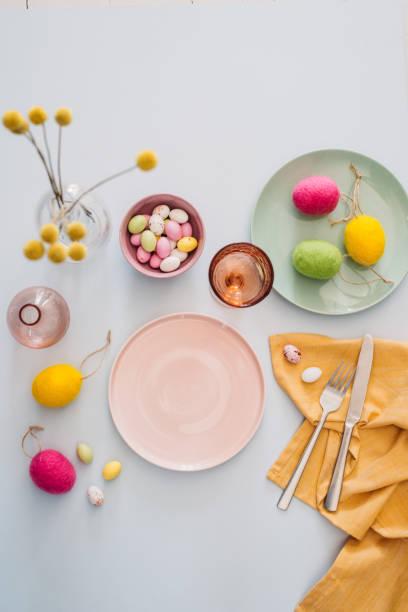 Mesa de Pascua con platos cubiertos de vajilla de Pascua huevo - foto de stock