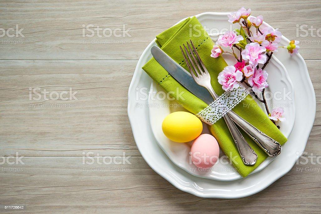 Ostern Tischdekoration mit Frühling Blumen und Besteck – Foto