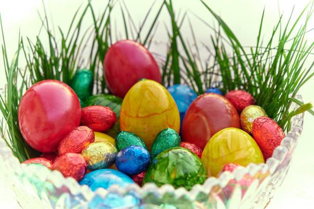 Ostern, die Zeit der bunten und versteckten Eier. Das Christliche Fest des Jesus Christus. – Foto
