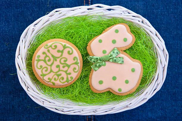 ostern lebkuchen cookies backgroung traditionellen - kokoskuchen stock-fotos und bilder