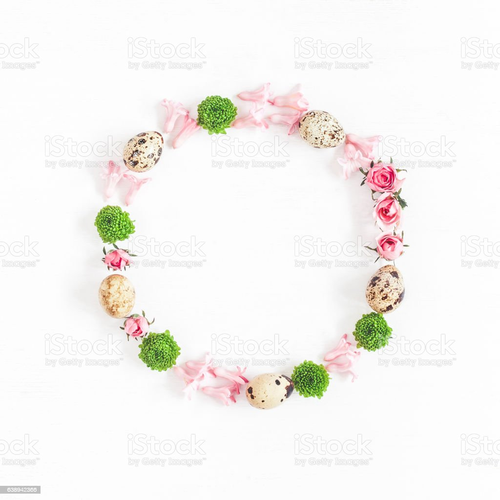 Easter wreath made of quail eggs and flowers. Flat lay – Foto