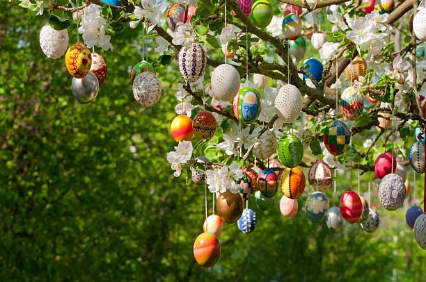eastereggs su albero - buona pasqua in tedesco foto e immagini stock