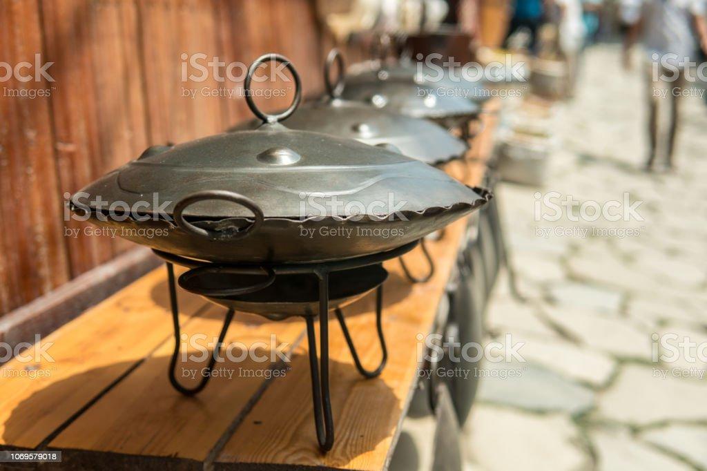 Saj este pots para barbacoa o kebap para la venta en el mercado. - foto de stock