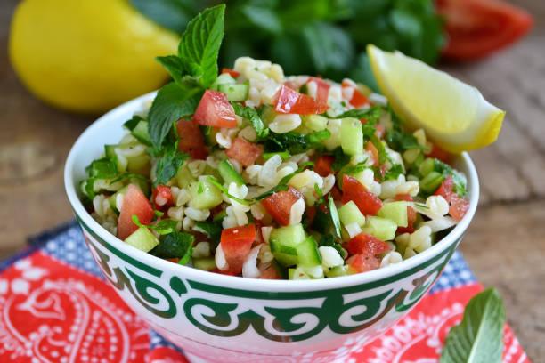 östlichen salat taboulé mit bulgur, minze und petersilie - couscous salat minze stock-fotos und bilder