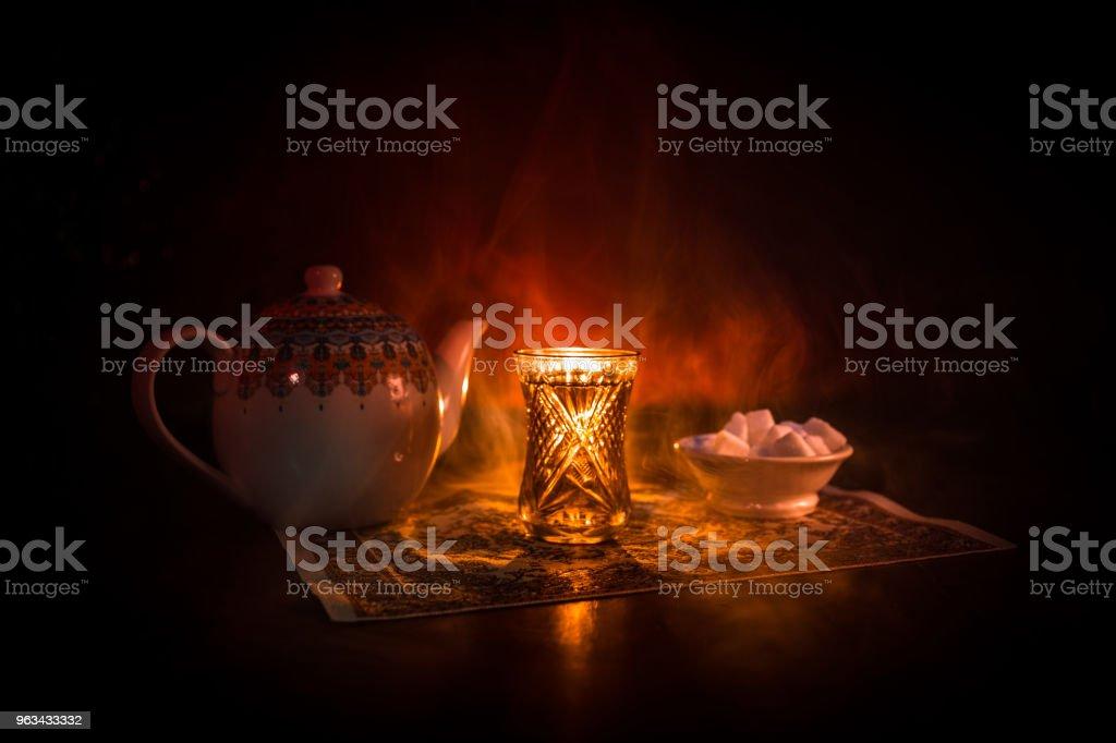 Thé oriental traditionnel glasse et pot sur fond noir avec des lumières et de la fumée. Concept de thé oriental. Coupe d'Azerbaïdjan/turc traditionnel Armudu - Photo de Aliments et boissons libre de droits