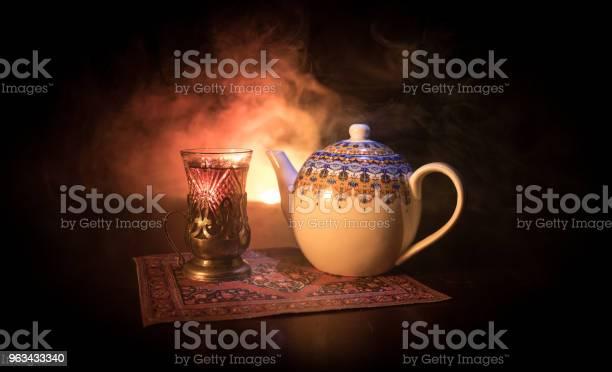 Wschodnia Herbata W Tradycyjnej Szklance I Garnek Na Czarnym Tle Ze Światłami I Dymem Wschodnia Koncepcja Herbaty Armudu Tradycyjny Puchar Azerbejdżanuturcji - zdjęcia stockowe i więcej obrazów Azerbejdżan