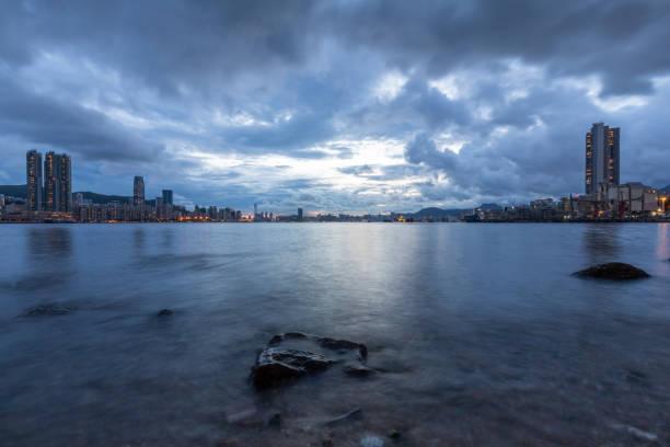Eastern Victoria Harbor with exposed rocks – zdjęcie