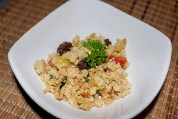 einfach hausgemachte couscous-salat - griechischer couscous salat stock-fotos und bilder