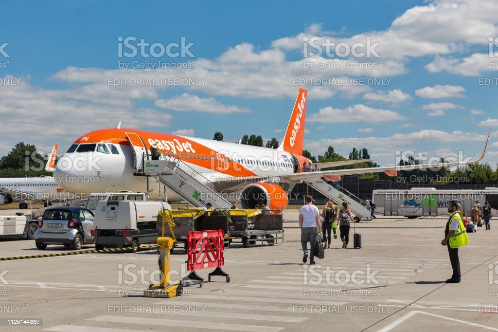 EasyJet Airbus A320 no Aeroporto Tegel, em Berlim, Alemanha. - foto de acervo