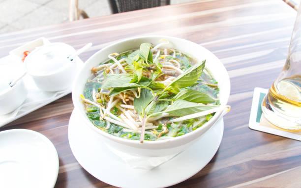 アジアンレストランでフォータイのベトナム料理を食べる ストックフォト