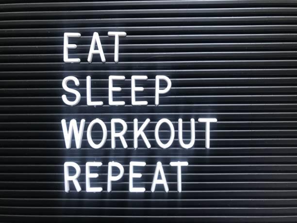 essen schlafen training wiederholen - motivationsfitness zitate stock-fotos und bilder