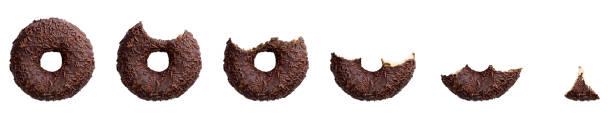 essen schokolade donut isoliert auf weißem hintergrund. ansicht von oben - löcherkuchen stock-fotos und bilder