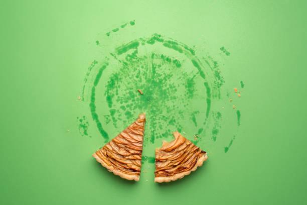 come un pedazo de pastel de manzana y rastros de todo el - thanksgiving leftovers fotografías e imágenes de stock