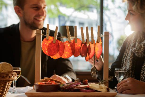 appatizer essen im restaurant - käse wurst salat stock-fotos und bilder