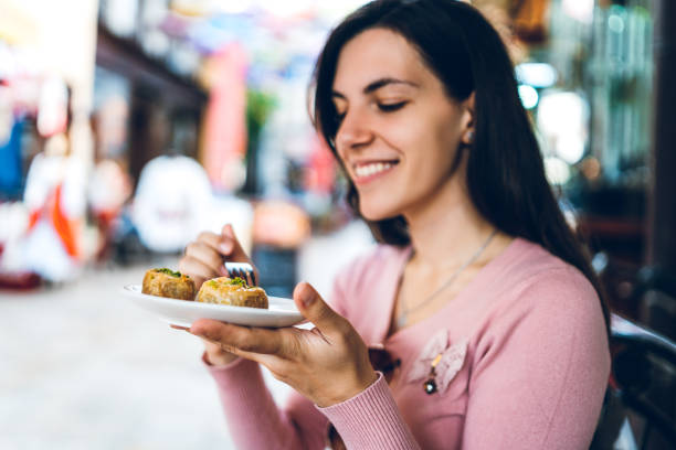 Manger baklava dans la vieille rue Bazaar - Photo
