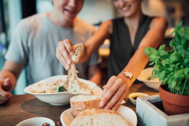 brot essen in einem restaurant - brot ohne weizen stock-fotos und bilder