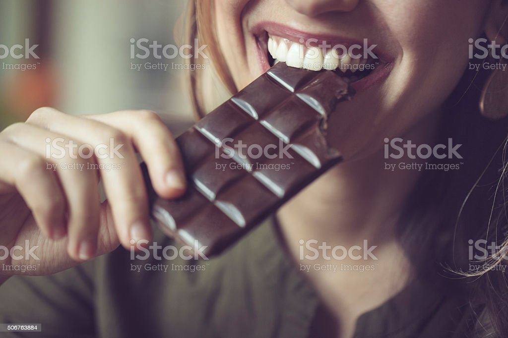 Comer el chocolate - foto de stock