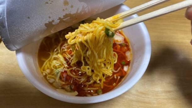 日本でカップ麺(インスタントラーメン)を食べる ストックフォト