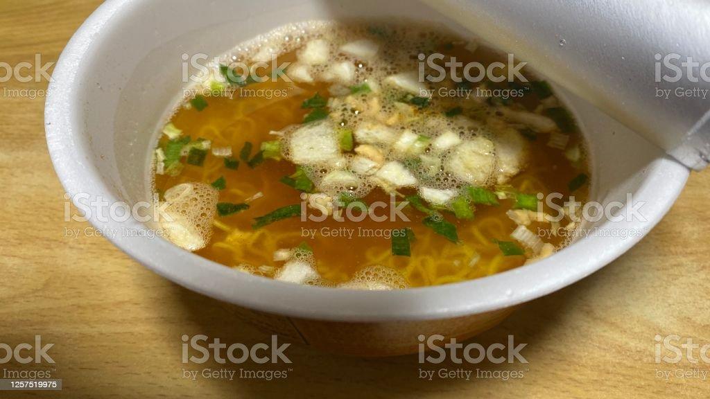 日本でカップ麺(インスタントラーメン)を食べる - アジア大陸のロイヤリティフリーストックフォト