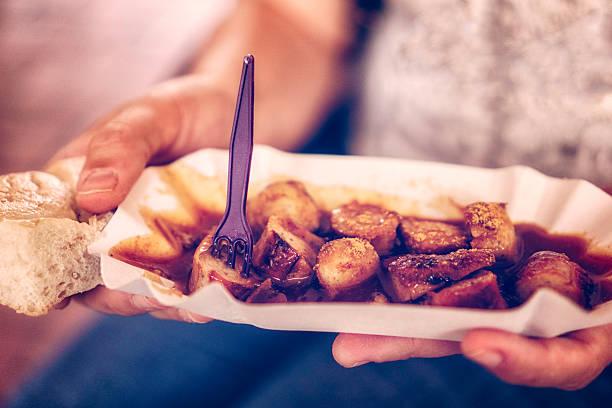 essen currywurt-curry-wurst - currywurst stock-fotos und bilder