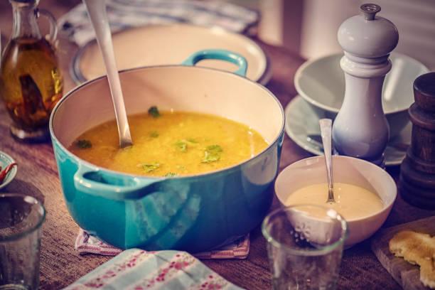 Repas délicieux bouillon de poulet, accompagnée de carottes et de Panais - Photo