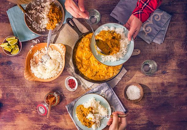 comida caseira delicioso prato de curry de frango com arroz - caril - fotografias e filmes do acervo