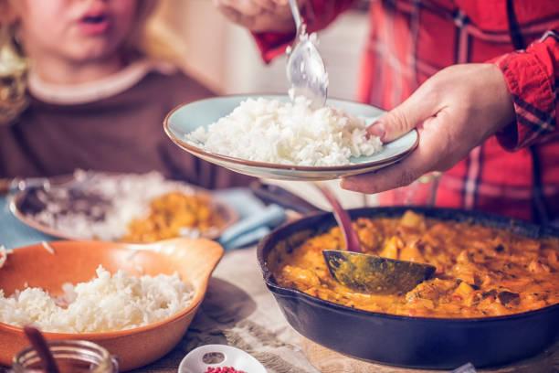 köstliche hausgemachte curry huhn mit reis zu essen - curry reis stock-fotos und bilder