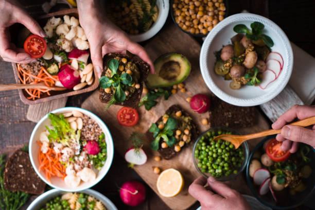jedzenie różnych sałatki i przekąski na drewnianym widoku na stole - jedzenie wegetariańskie zdjęcia i obrazy z banku zdjęć
