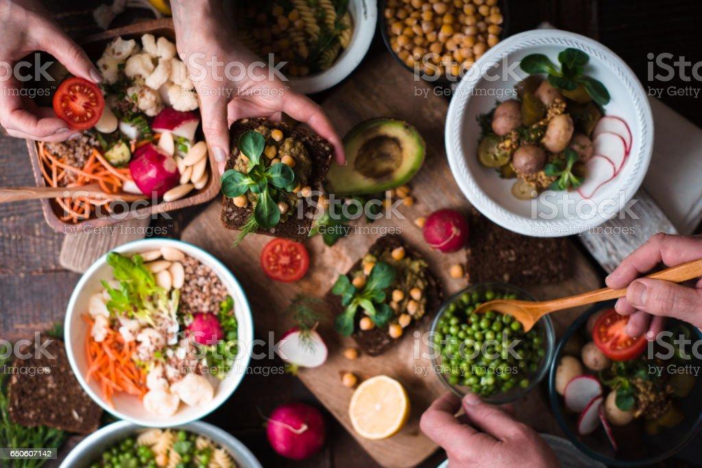 Essen, verschiedene Salate und Vorspeisen auf Holztisch Draufsicht – Foto
